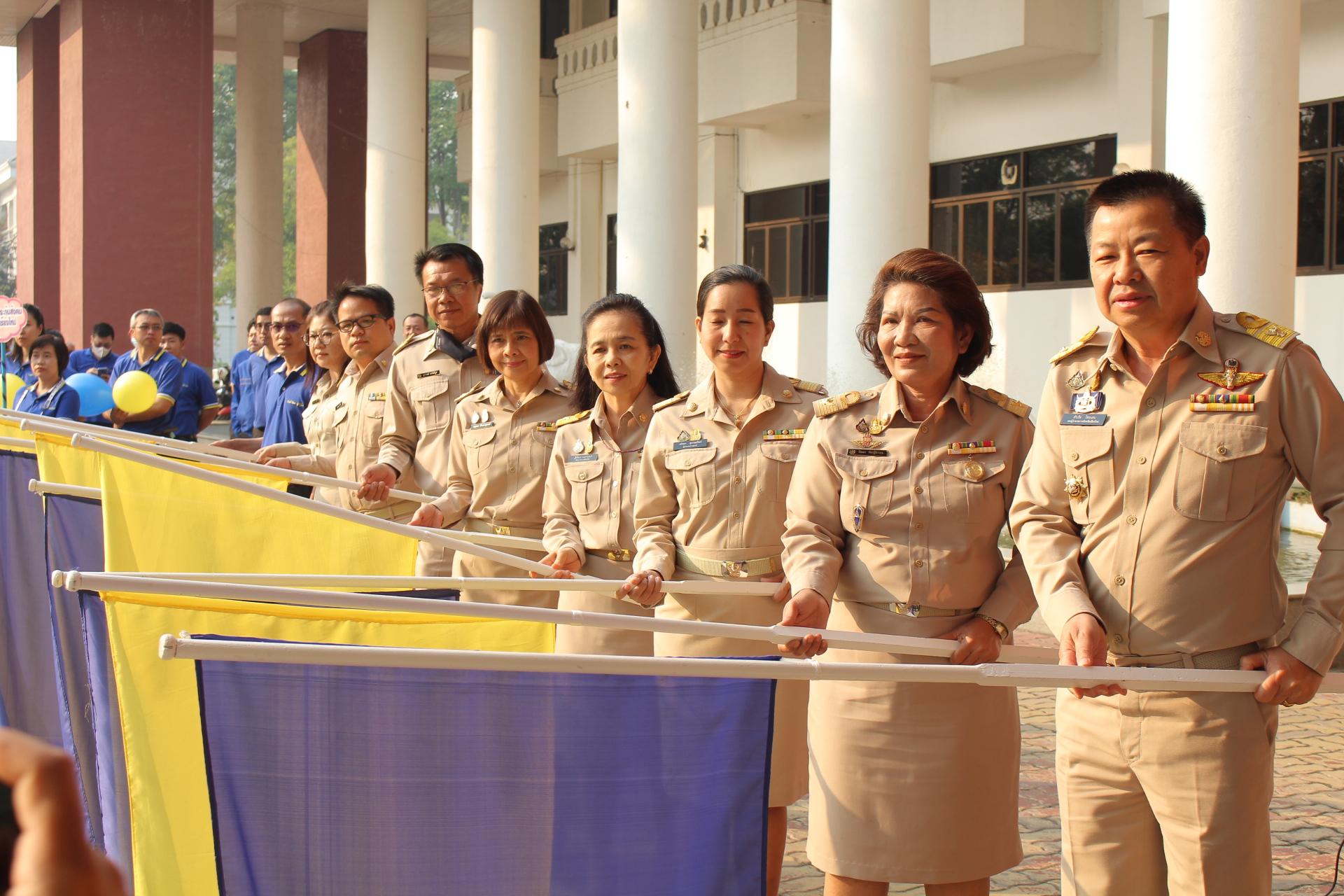 """วันที่ 8 มีนาคม 2564 นางสาวสรันยา สุวรรณวัฒน์ ผู้อำนวยการศูนย์ฟื้นฟูสมรรถภาพคนงานภาค 3 และเจ้าหน้าที่ พร้อมหัวหน้าส่วนราชการกระทรวงแรงงาน ร่วมเป็นเกียรติในการเปิดงานและปล่อยขบวนรถคาราวาน """"โครงการ ม33 เรารักกัน"""""""